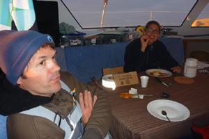 Alex retrouve petit à petit l'appétit… La voici attablée devant une tranche de jambon de pays.